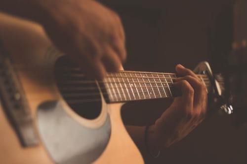 La guitarra en un espectáculo flamenco en Sevilla